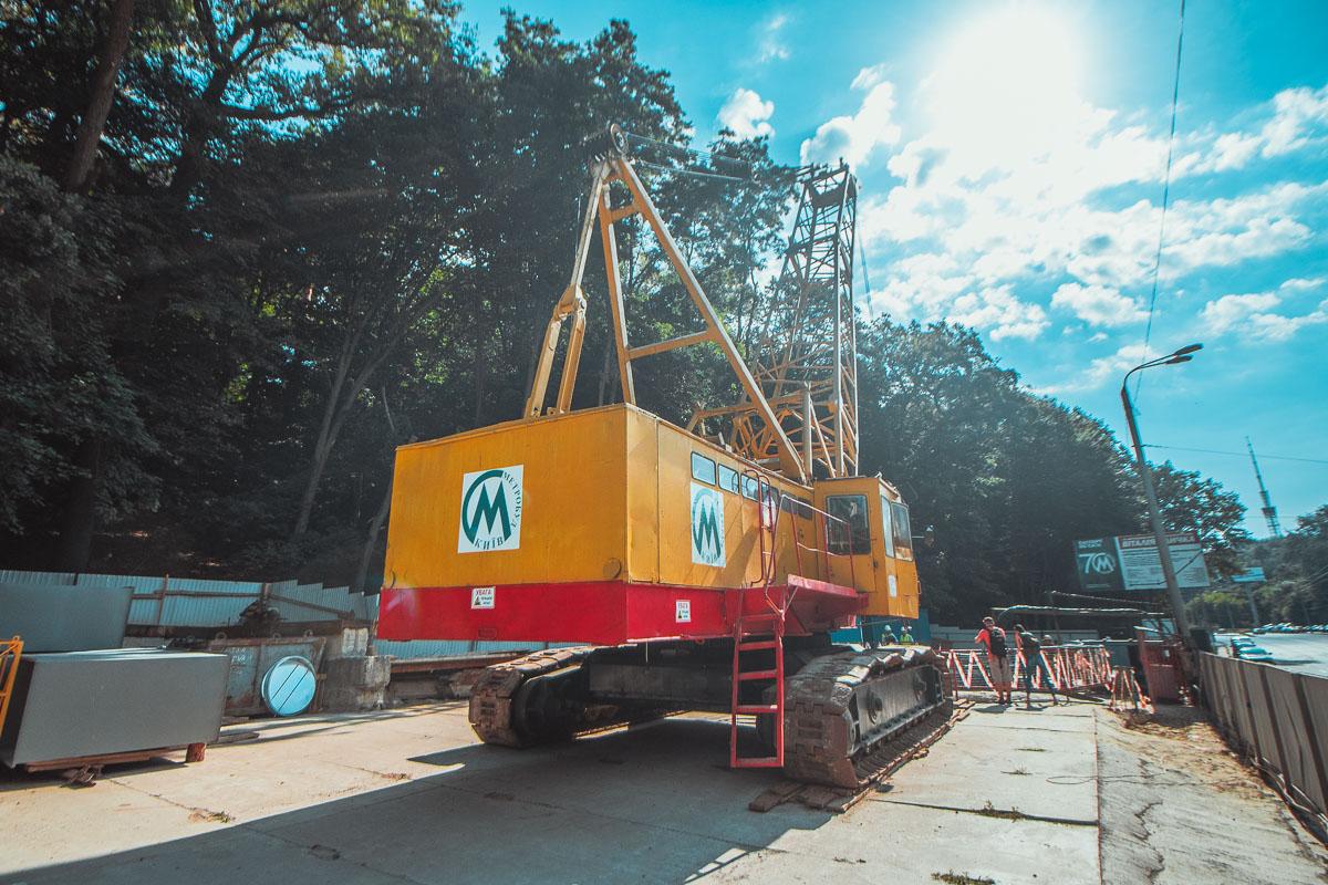 """Недалеко от станции метро """"Сырец"""" развернули строительную площадку для строительства новых станций метро"""