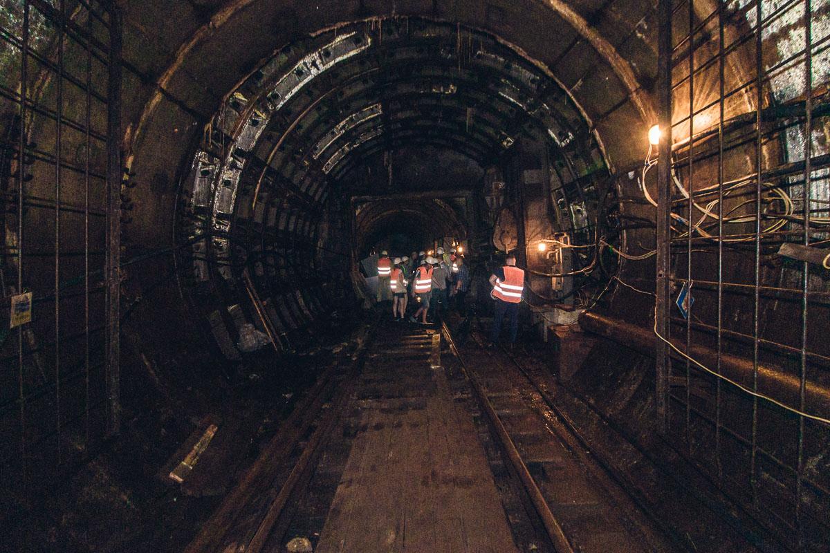 Там, вдалеке, за перегородкой действующая ветка подземки