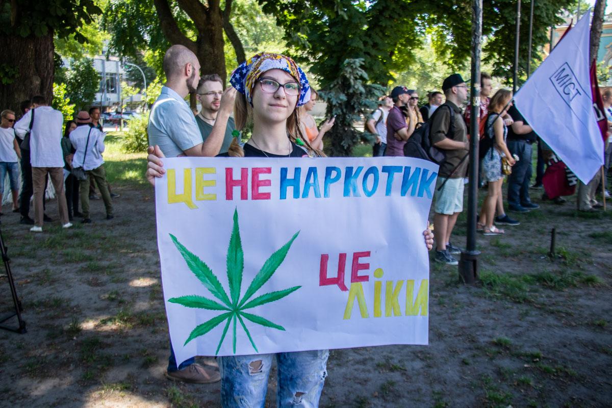 В субботу, 15 июня, у здания Верховной Рады в Киеве собрались около сотни человек с флагами, баннерами и плакатами