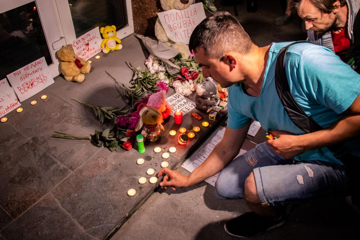 На ступеньках Министерства зажгли десятки свечей