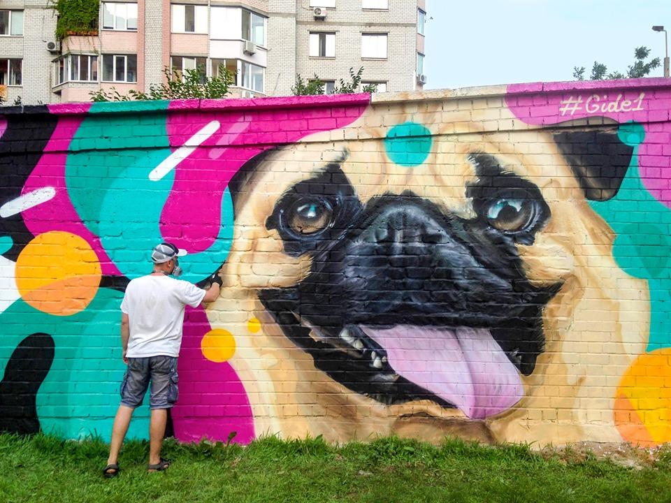 На улице Анны Ахматовой теперь со стены улыбается большой мопс