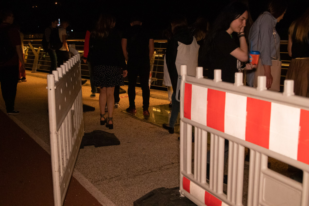 Обзорную площадку, на время ремонта стеклянного пола, оградили специальным забором