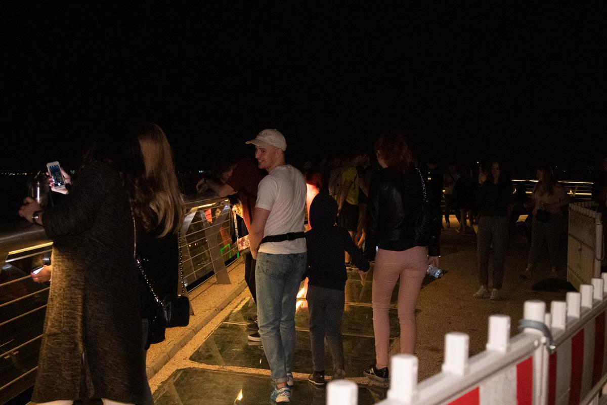 Людям не составило труда отодвинуть одну из секций ограждения, чтобы беспрепятственно попасть на закрытую часть моста