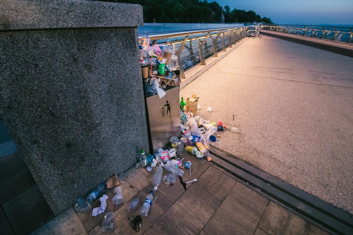 Жители и гости Киева засыпают новый мост пустыми бутылками