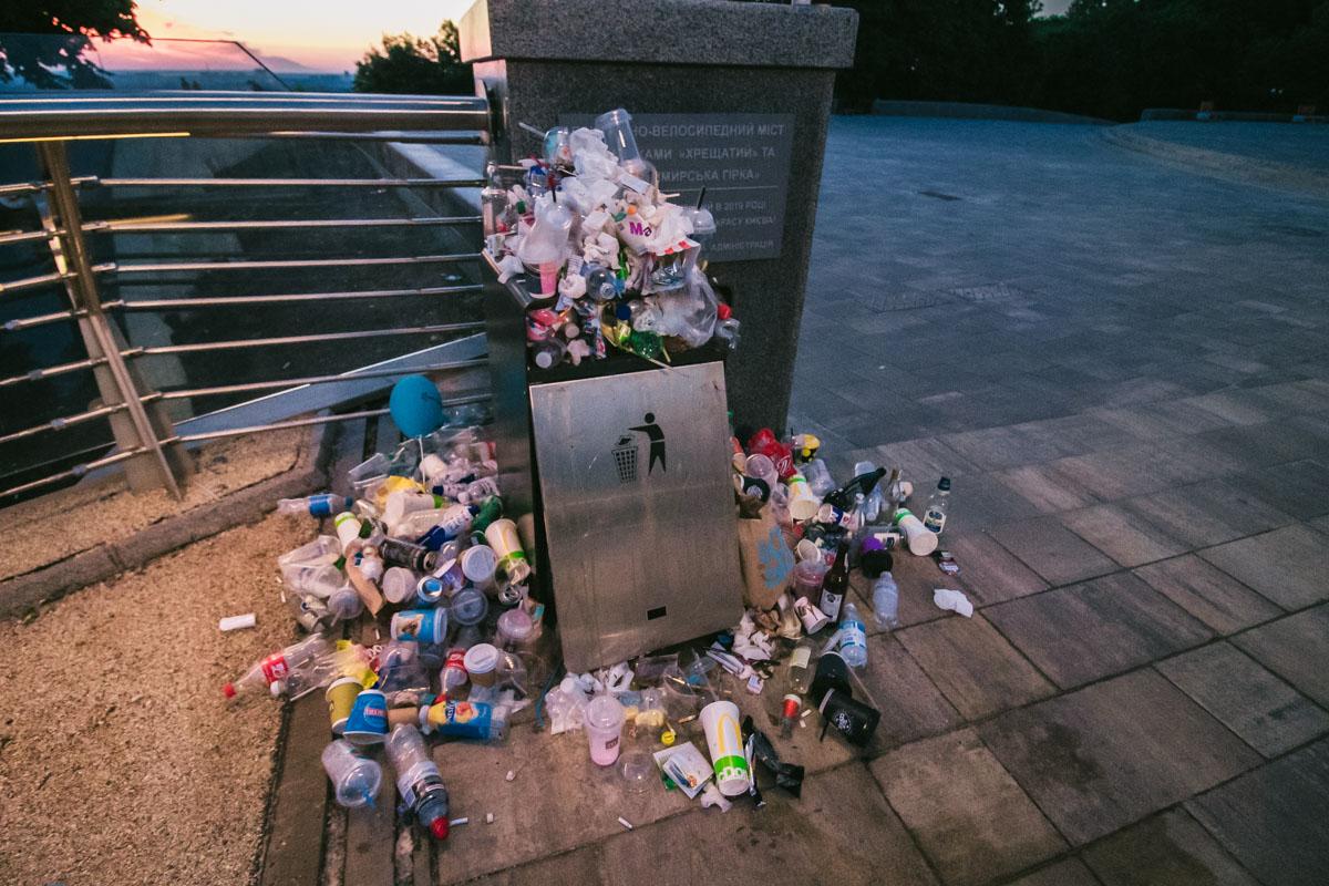 Чтобы прочитать надписи на табличке, нужно разгребать завалы мусора