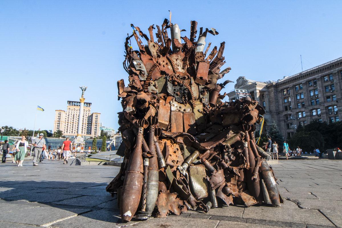"""25 июня на Майдане Независимости установили инсталляцию """"Железный трон Востока"""""""