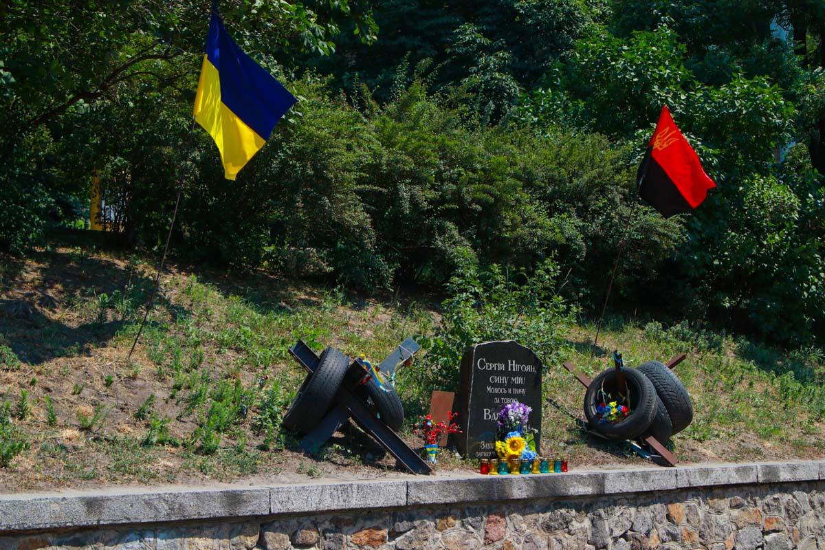 Активисты восстановили все лампады возле памятника Сергею Нигояну и вновь зажгли в них свечи