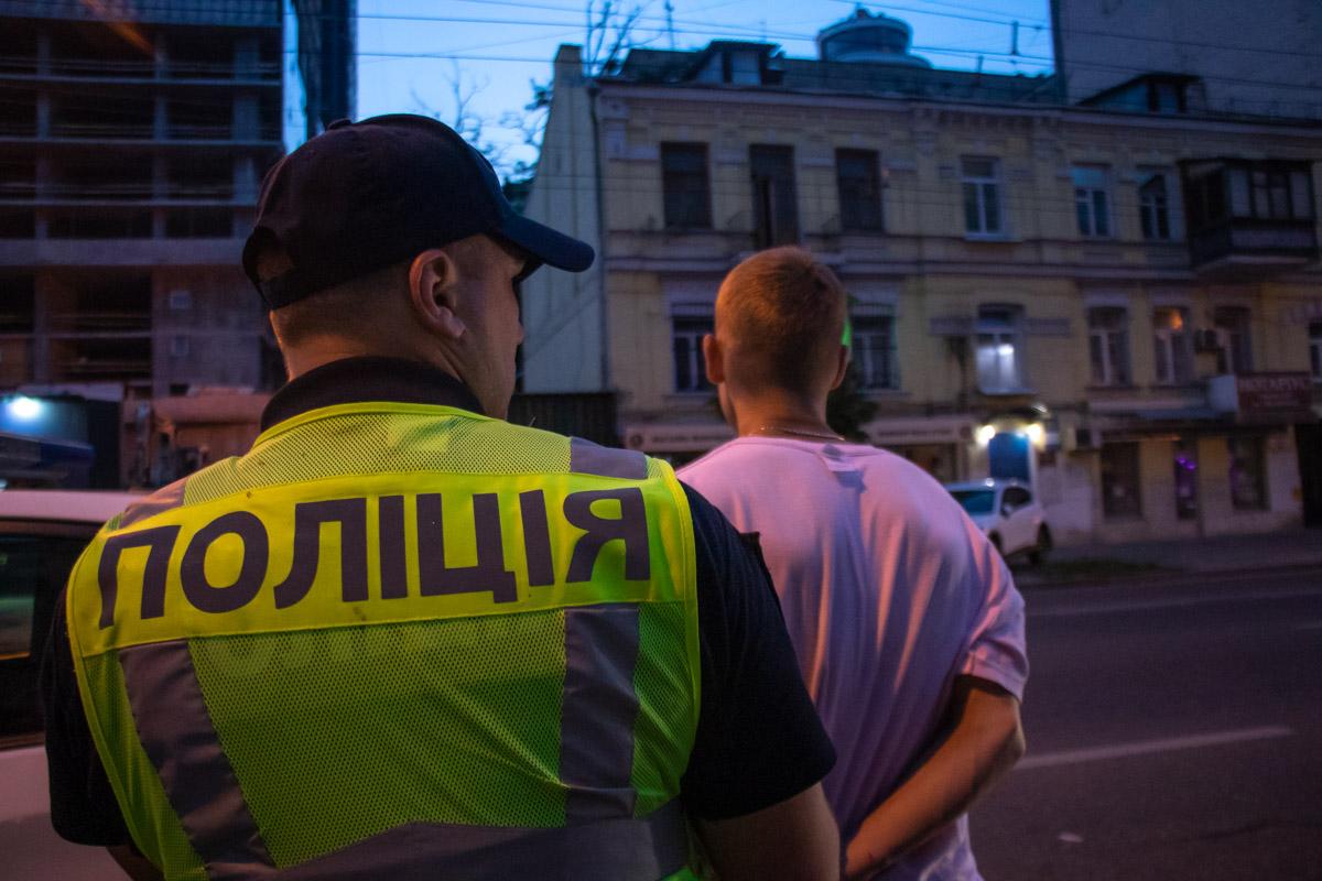 Полицейские увидели как за задержанным гонится мужчина и словили его