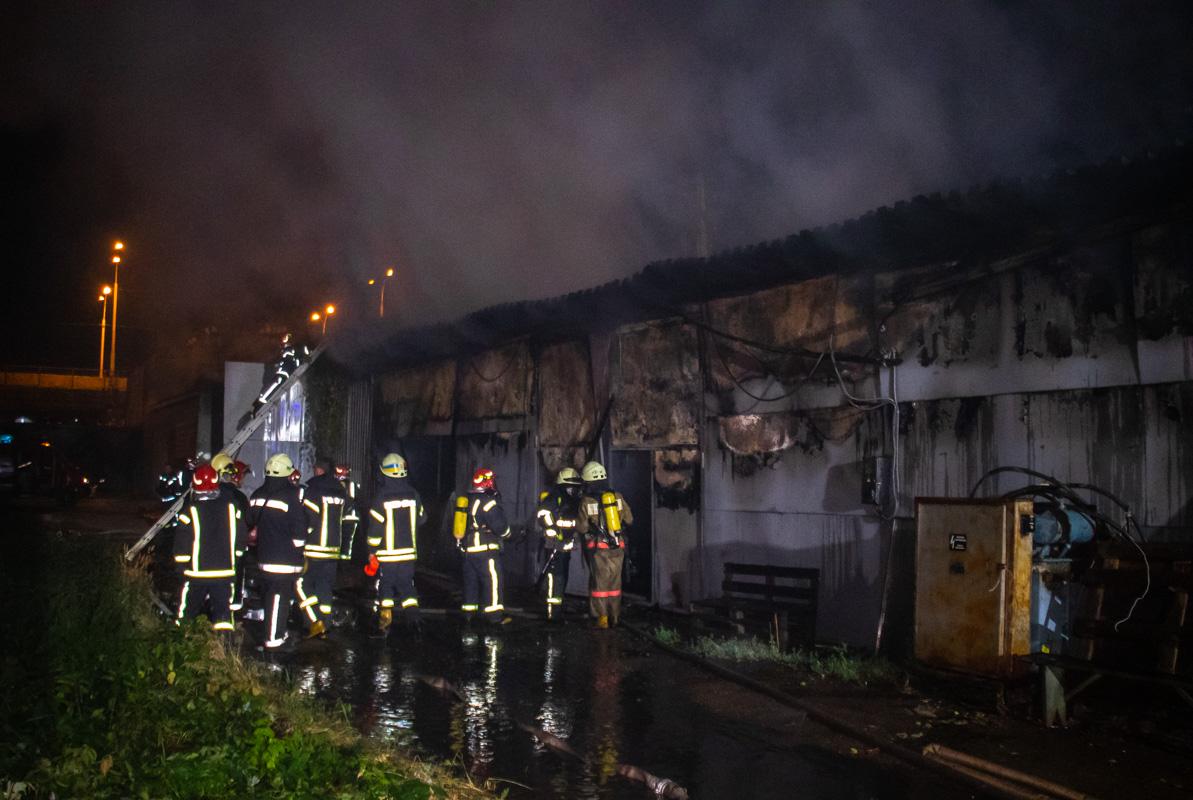 В Подольском районе Киева по адресу улица Новоконстантиновская, 21 горели склады