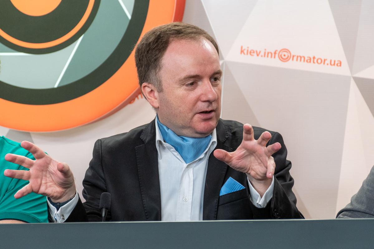 Оливье Ведрин - известный французский политолог и журналист, член правления европейской партии New Europeans