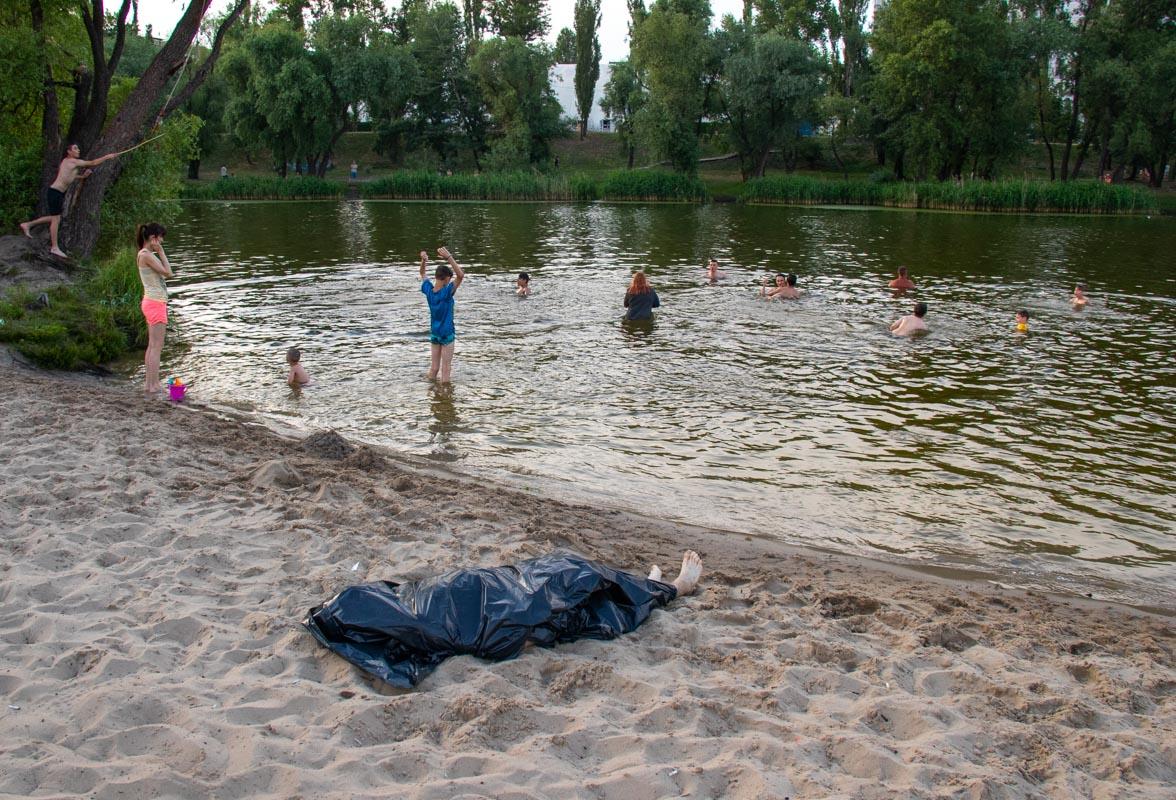 Из Вербного озера в Киеве спасатели выловили тело парня