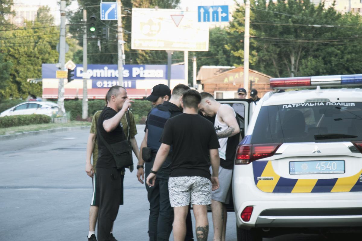 На Вышгородской во время задержания началась драка группы парней и правоохранителей