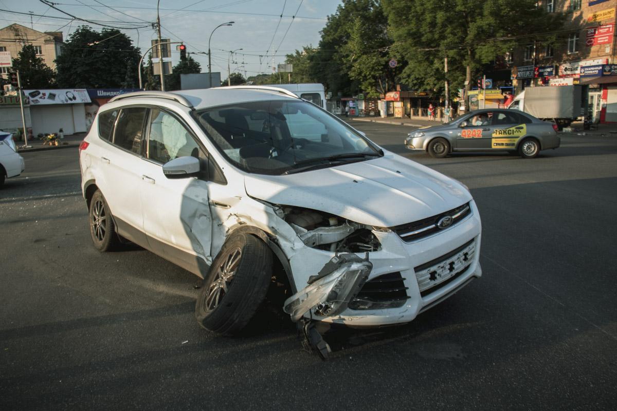 Водитель Ford рассказал, что выезжал на перекресток на зеленый свет, но дорогу поделить не удалось