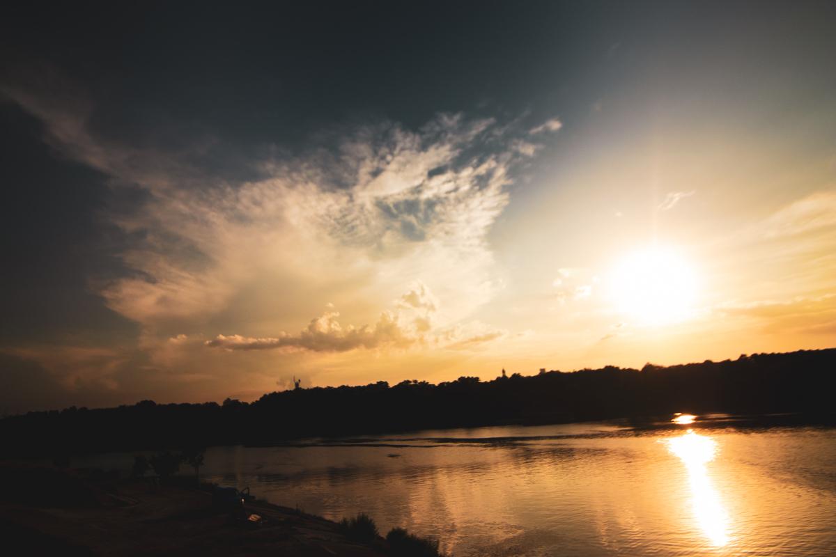 Небо смотрит в водное зеркало