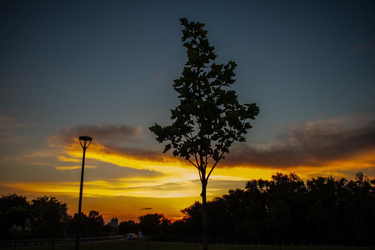 Небо как чистый лист, на котором природа рисует сказочные огненно-облачные узоры