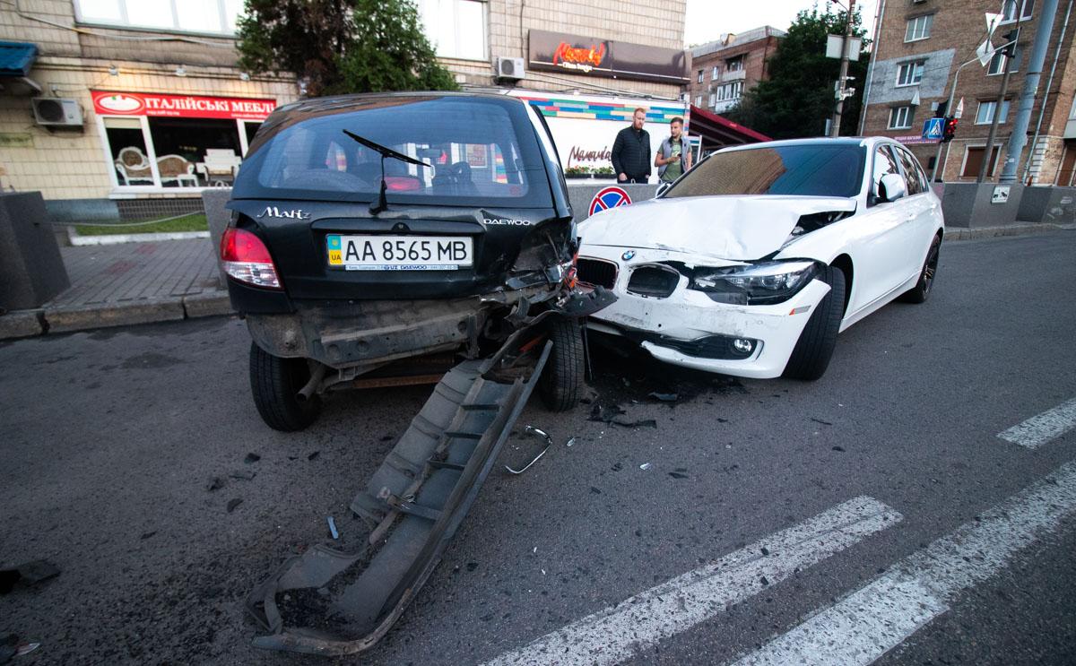 В центре Киева BMW припаркованный автомобиль пиццерии