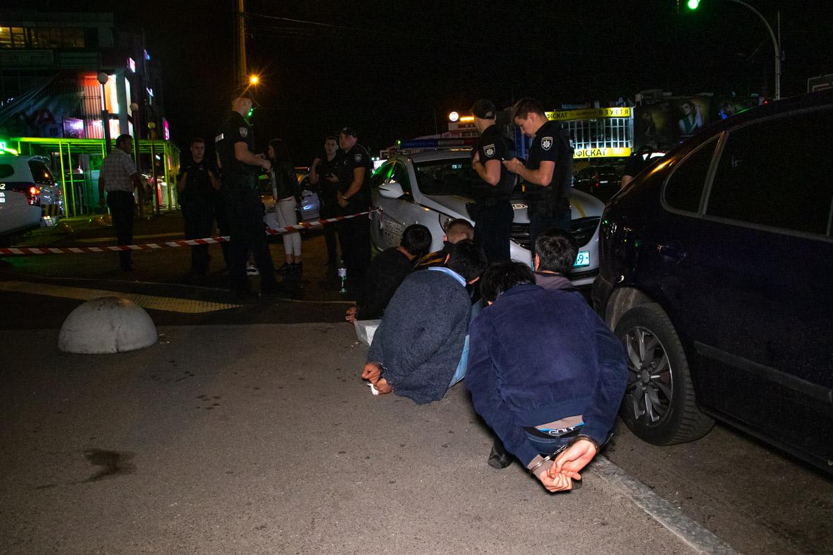 На Оболони пятеро мужчин устроили драку и выстрелили мужчине в ногу