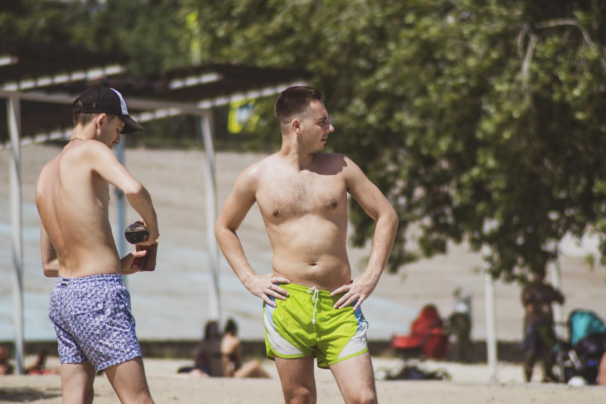 На пляжах Киева у мужчин разбегаются глаза