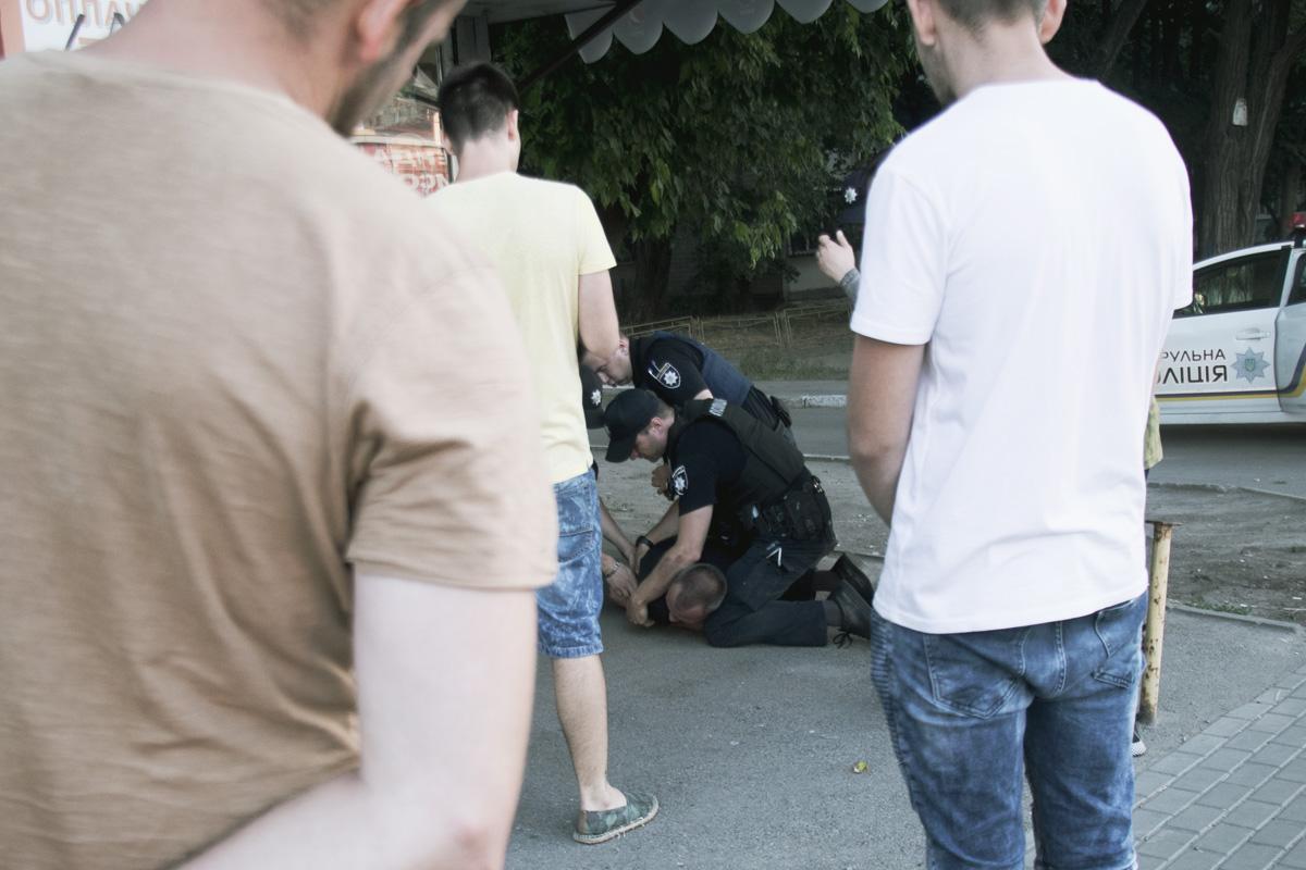 Задержанных увезли в отделение полиции