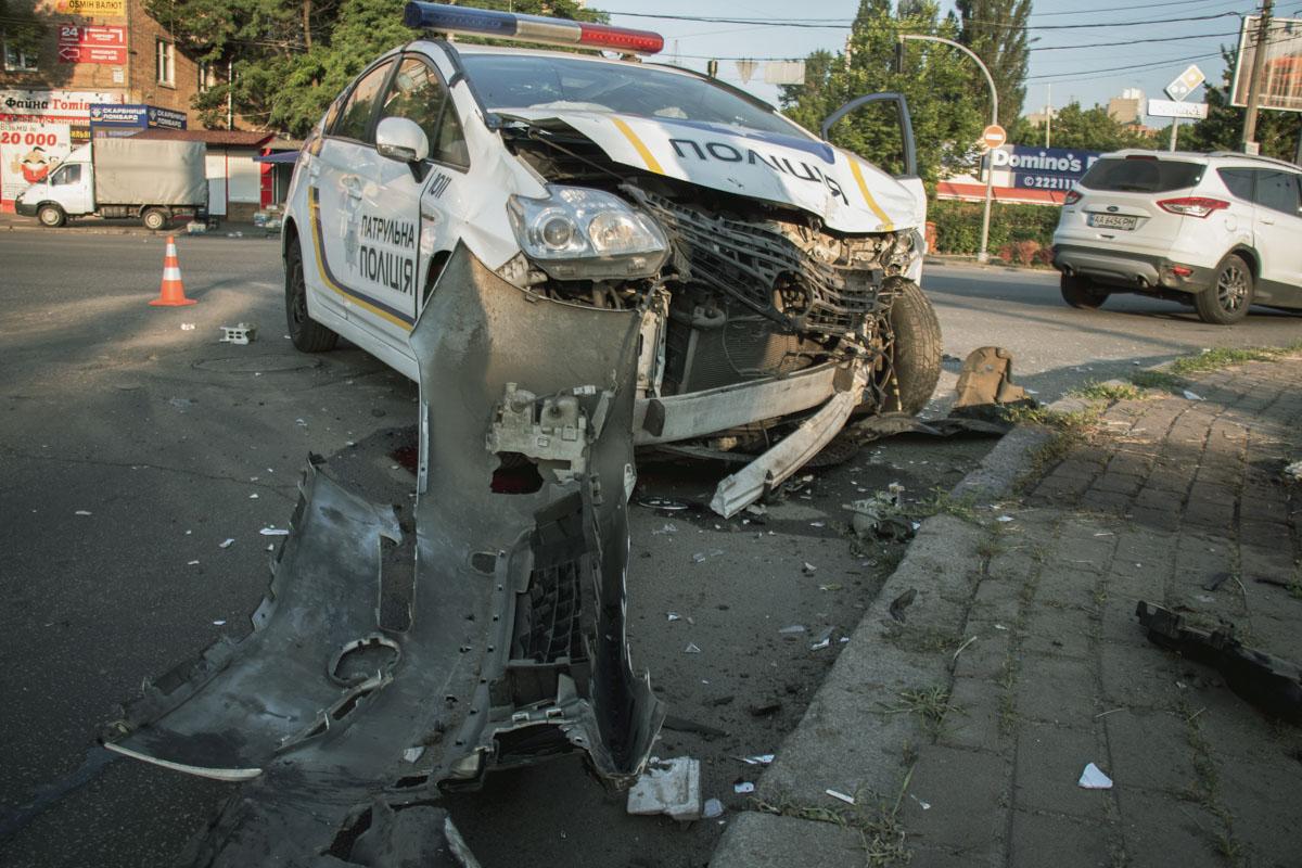 На Вышгородской столкнулись полицейский Prius и Ford