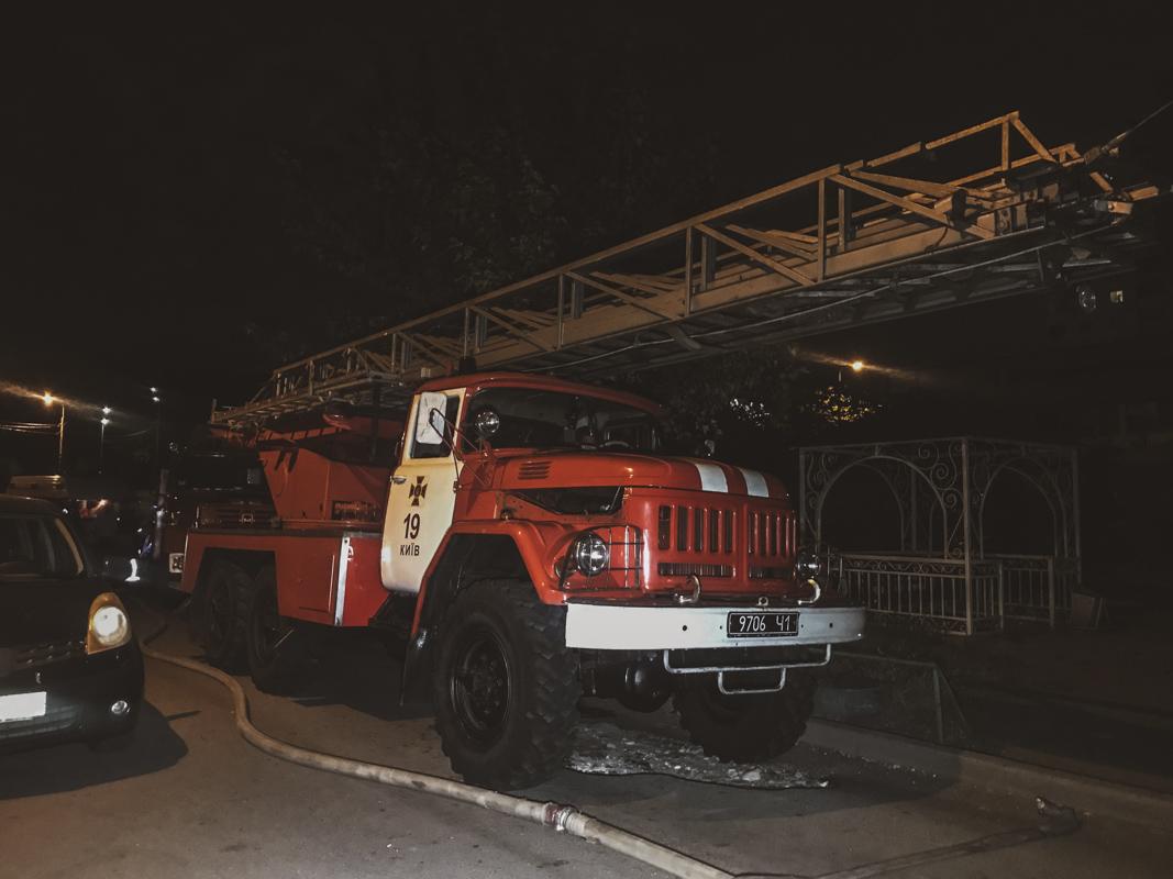 Спасатели эвакуировали 12 человек с вышестоящих этажей