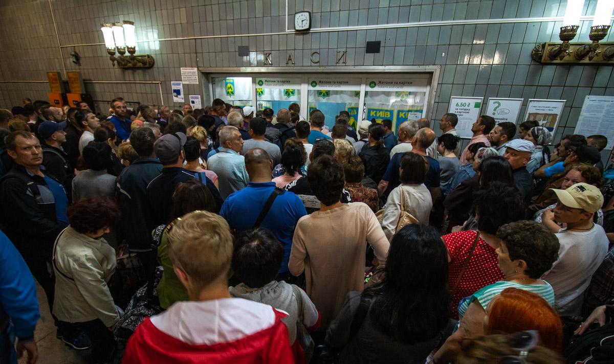 Так, на всех станциях метро прекратилась продажа жетонов через специальные автоматы