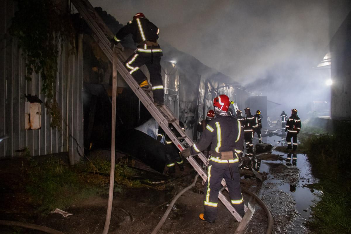 Огонь охватил площадь около 120 квадратных метров