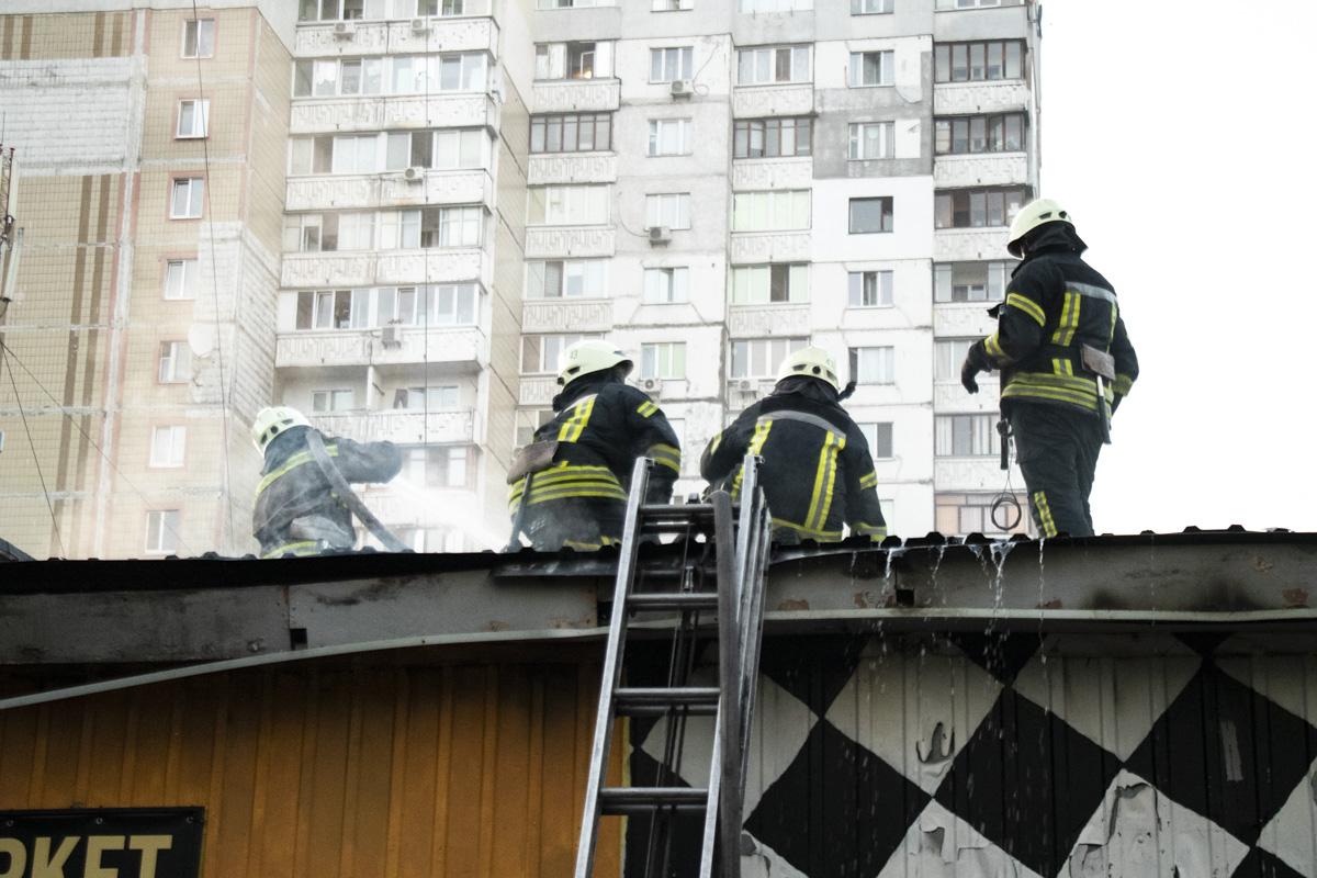 Пламя охватило помещение изнутри и перекинулось на крышу