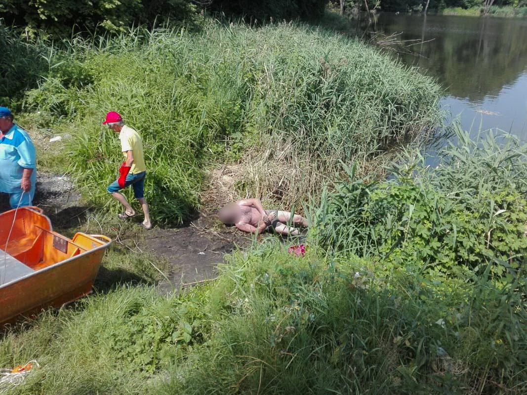 В Соломенском районе Киева недалеко от адреса улица Колосковая, 7 из воды достали труп мужчины