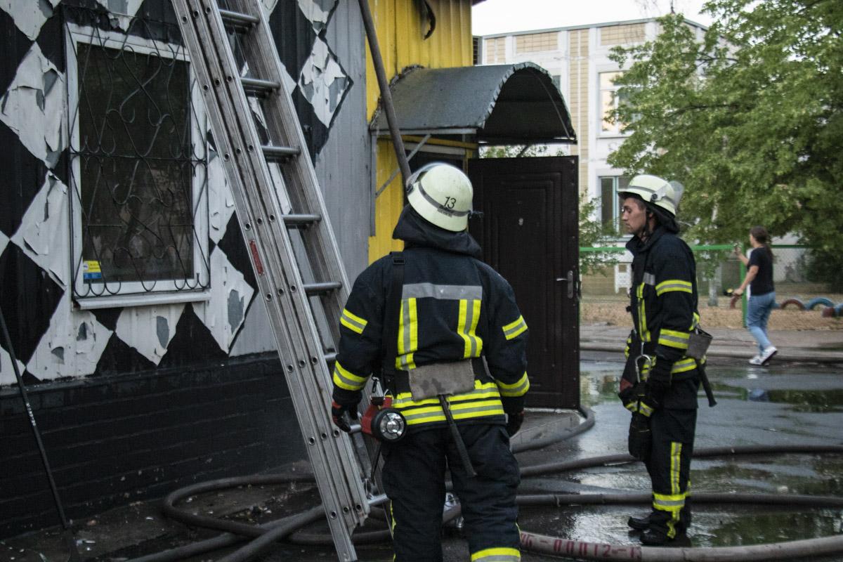 Спасателям пришлось разбирать крышу, чтобы локализовать пожар