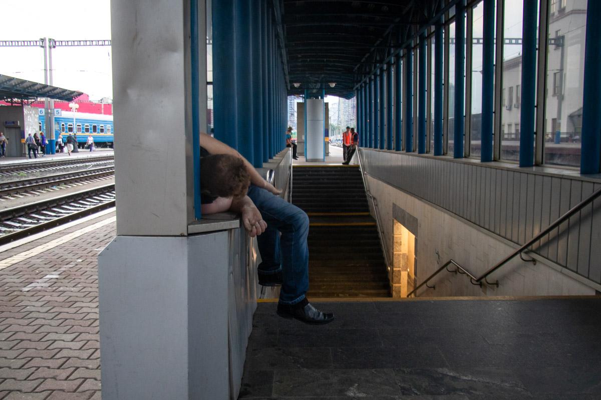 Тело находилось на выходе из подземного перехода на третью платформу