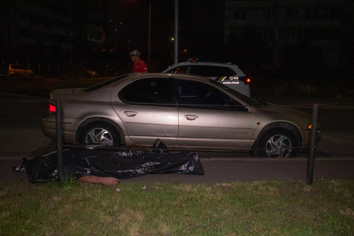 Мужчина шел по улице, кричал о помощи и бил припаркованные автомобили