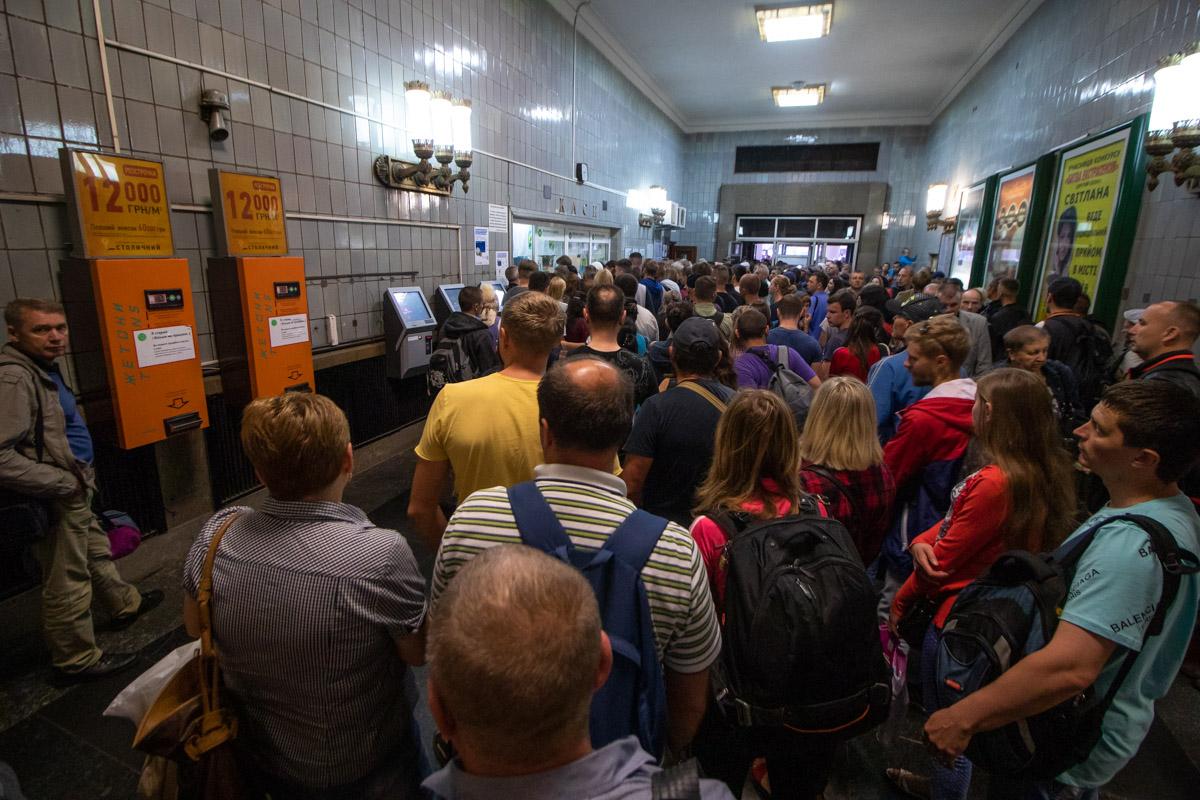 С другой стороны, отключение автоматов привело к массовым очередям на всех станциях метро