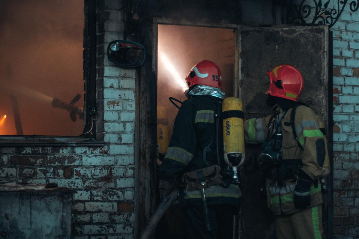 Ночью на Выдубичах начался серьезный пожар