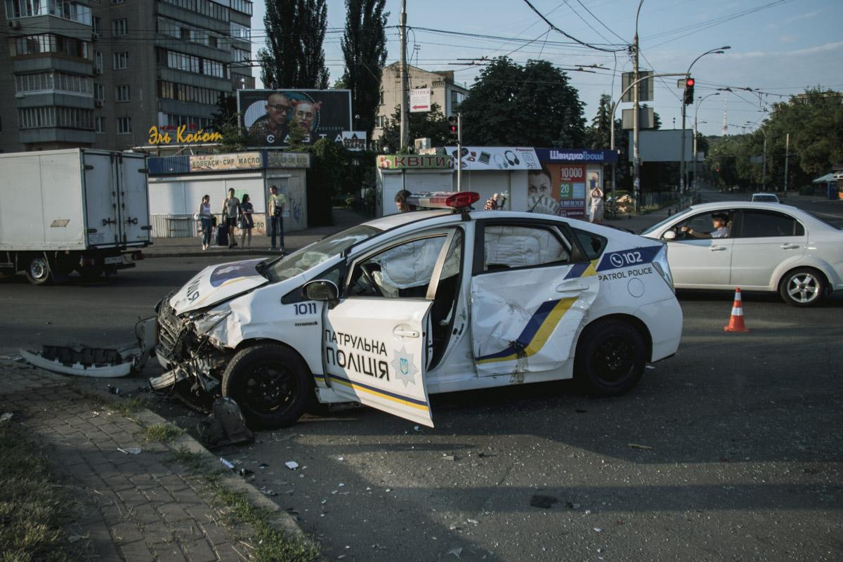 В результате ДТП один из патрульных полицейских получил травму головы