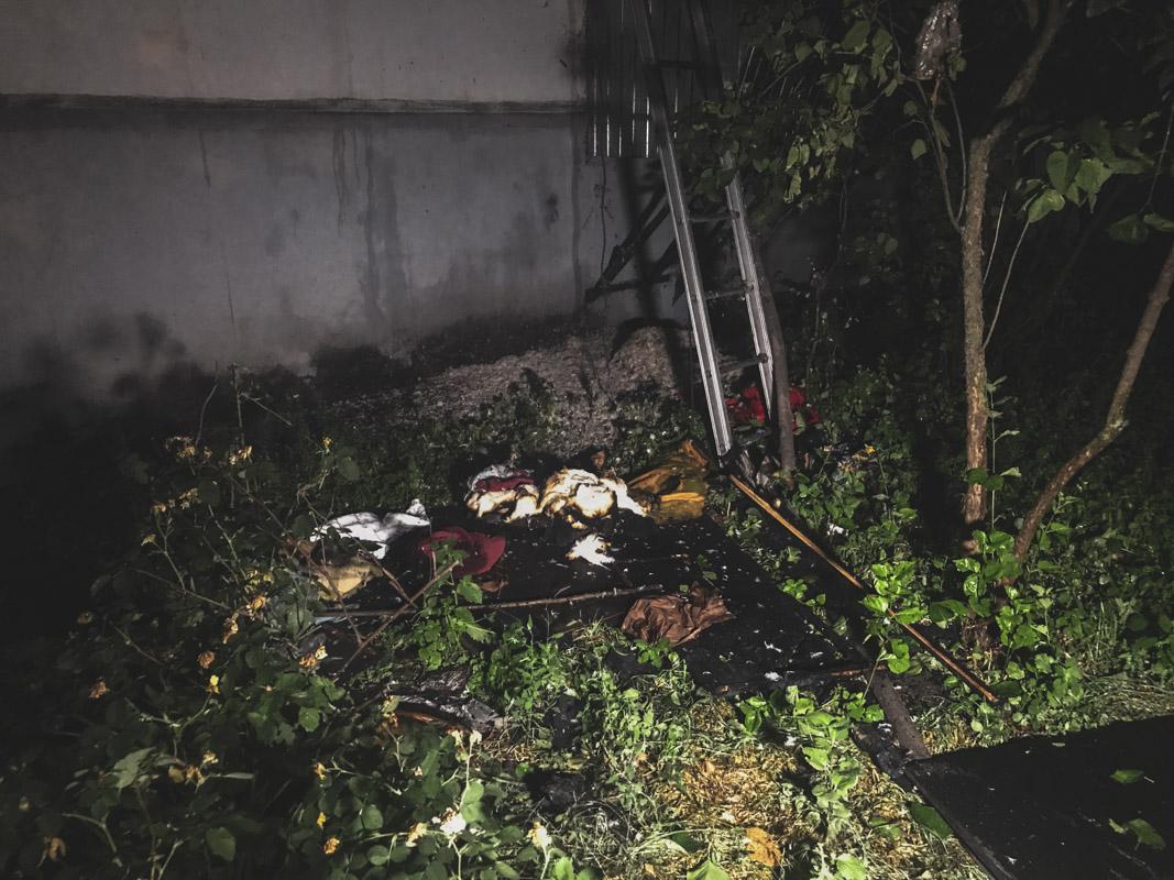 Огонь охватил охватил одну из комнат трехкомнатной квартиры