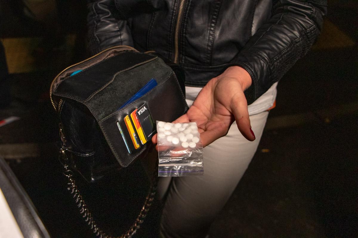 У пассажирок патрульные обнаружили вещества, похожие на наркотики