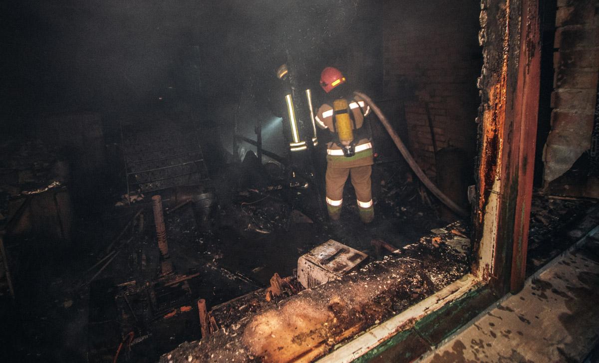 Во время пожара внутри прогремело два взрыва