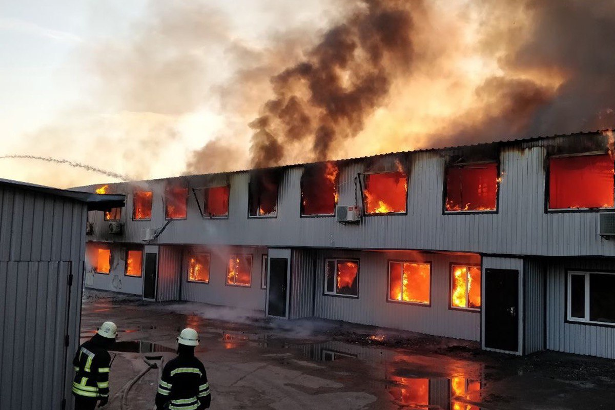 Мощный пожар на складах с секонд-хэндом
