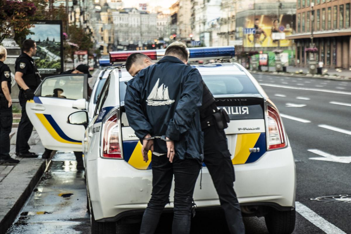 Один из парней толкнул патрульную за то, что она ему сделала замечание