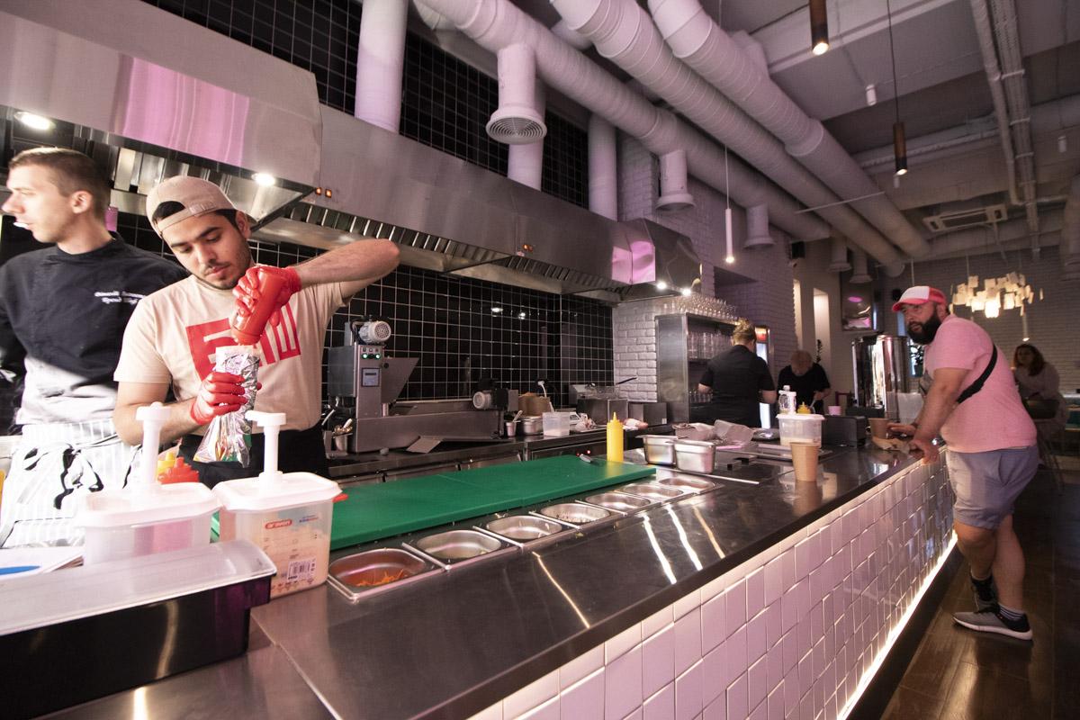 Открытая кухня, на которой готовят все заказы за 3 минуты
