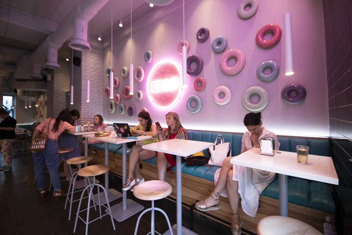 Стены БПШ украшают яркие пончики