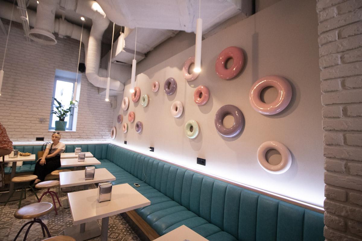 На полу плитка, на потолке вентиляционные трубы, а в дополнении к лофту - милые пончики