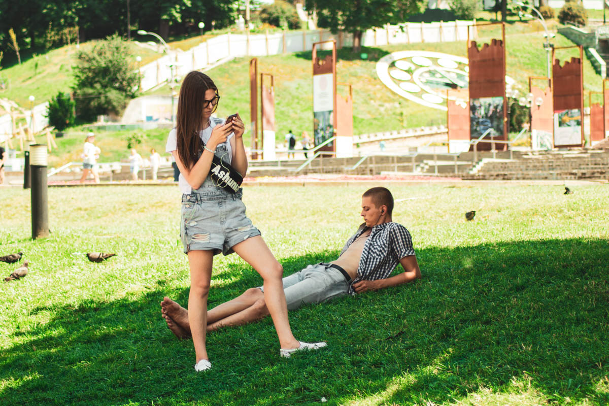 Любовь - это когда он в наушниках, а она вся в телефоне, и все равно не скучно
