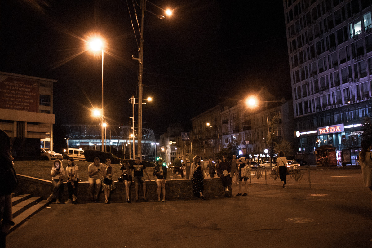 Люди ждут такси и провожают этот прекрасный вечер