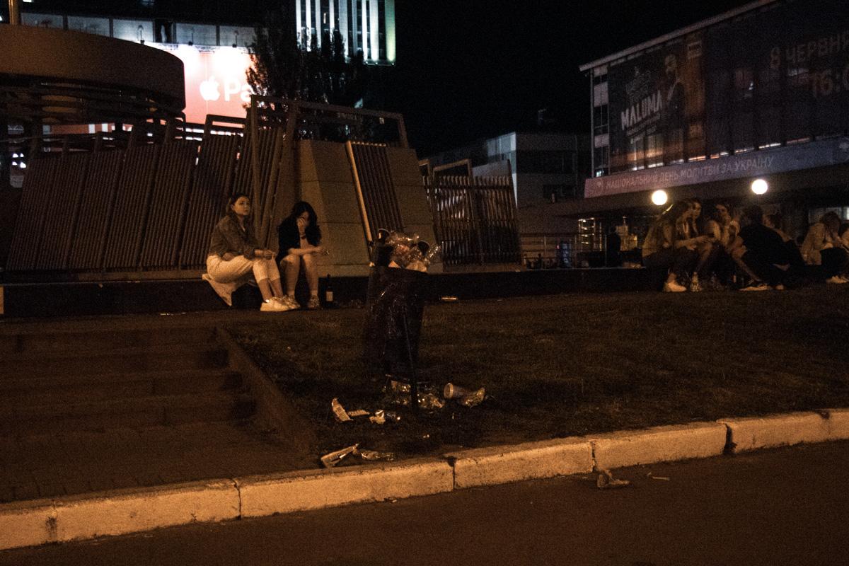 Люди пытались бросать мусор в урны, но его было слишком уж много
