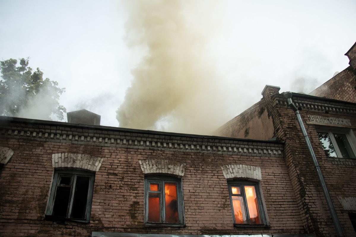 Огонь охватил второй этаж здания на площади 50 квадратных метров