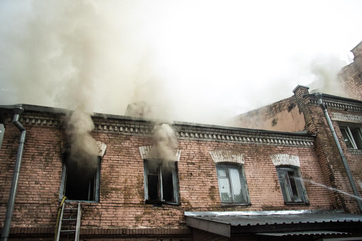 Пламя также частично распространилось и на чердак