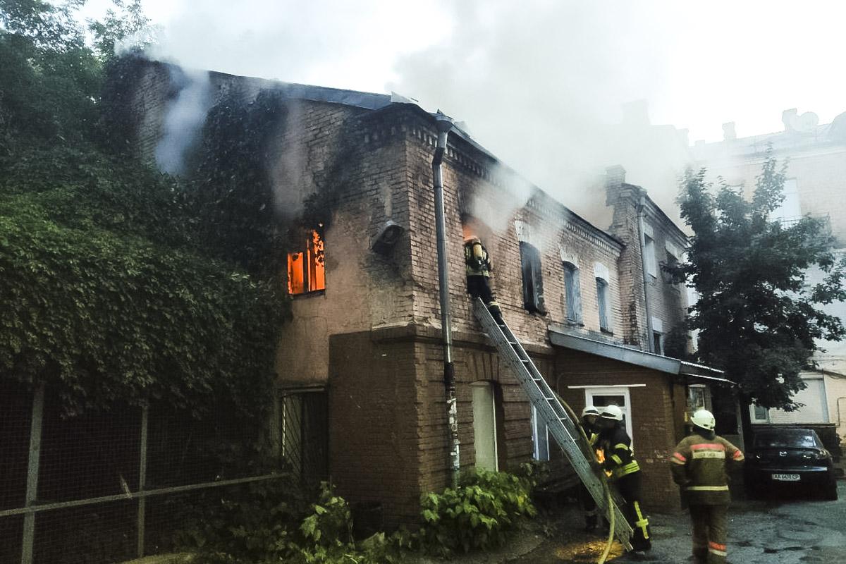Ранним утром 25 июня в центре Киева по адресу улица Рейтарская, 9 произошел пожар