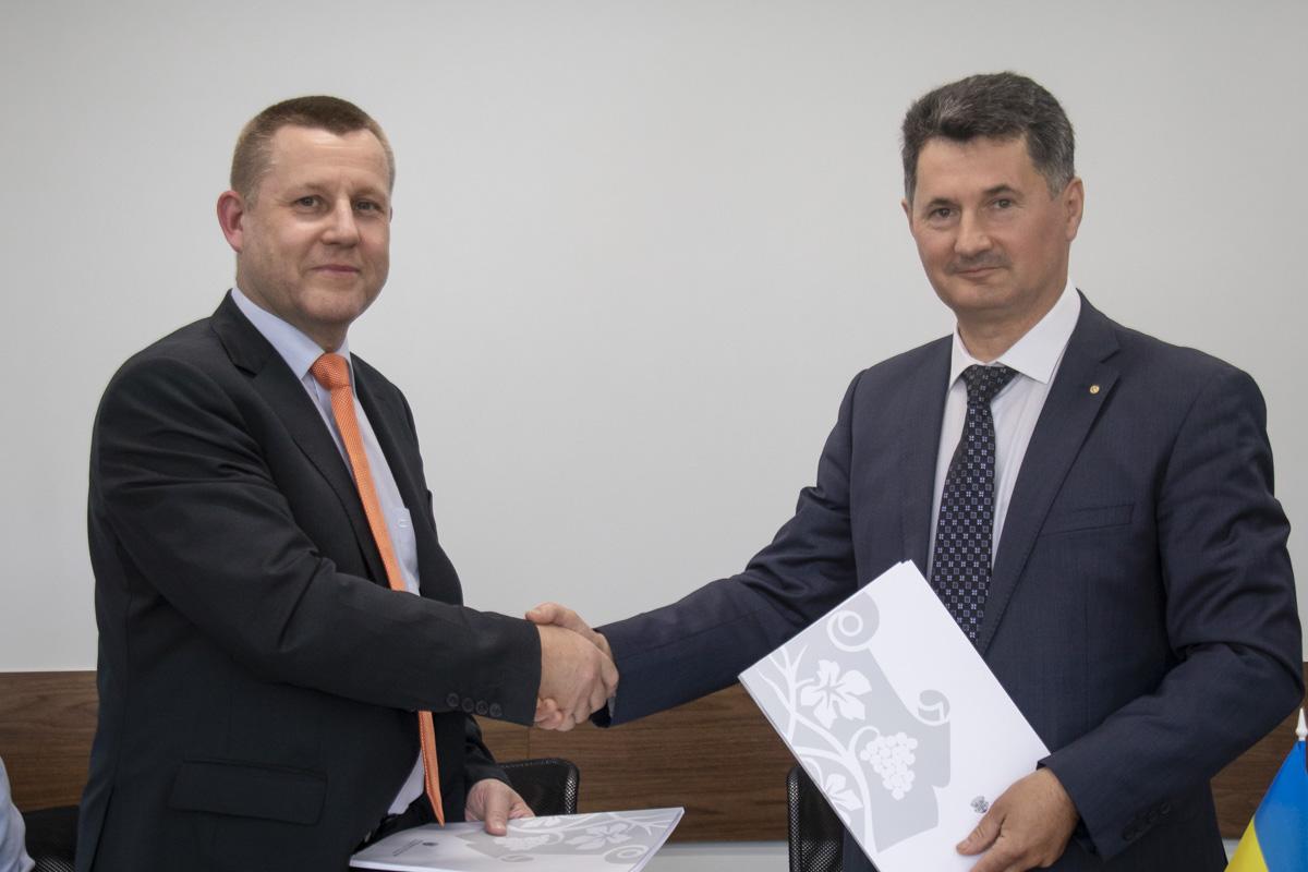 Подписали этот договор глава правления ПриватБанка Петр Крумханзл и заместитель Ужгородского городского главы Игорь Фартушок